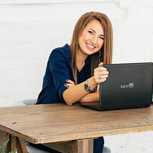 Jongedame met BTO laptop